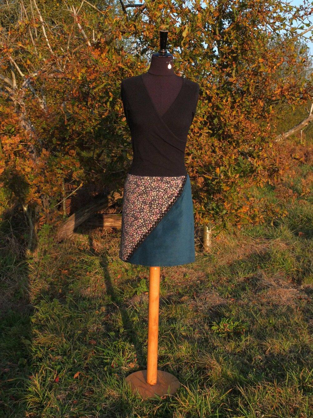 Jupe courte légèrement évasée en velours côtelé bleu pétrole et crêpe de polyester fleuri, taille basse, taille 38