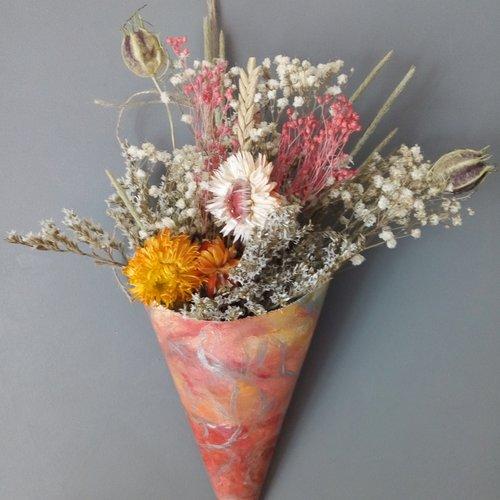 Bouquet de fleurs séchées orange dans cornet fait main