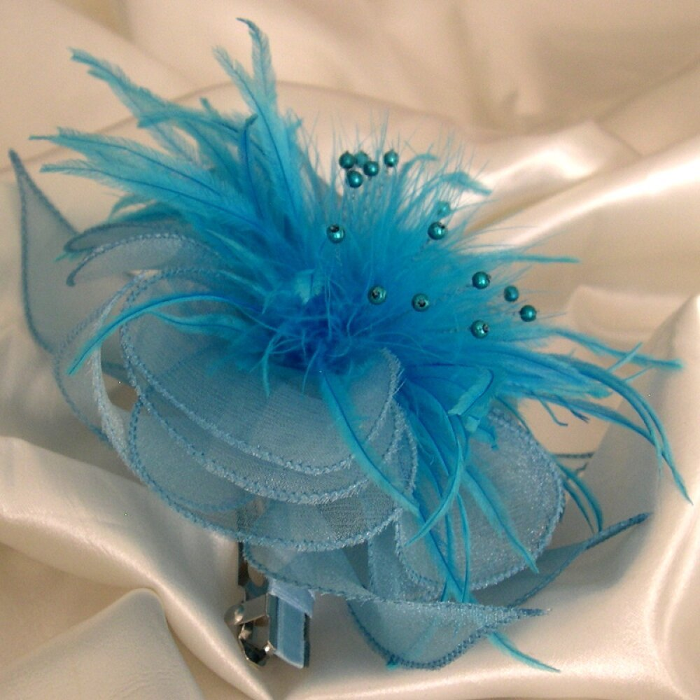 Barrette fleur en organza bleu, plumes et perles, accessoires coiffure, mariage, ceremonie, fête