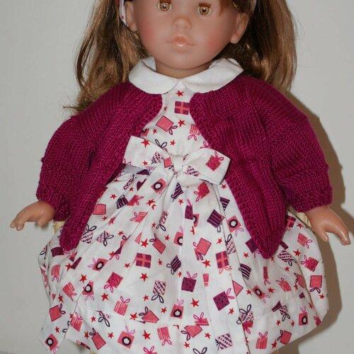 Vêtement pour poupée 42 cm robe fond blanc imprimée de petits cadeaux  tons bordeaux