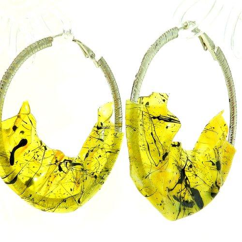 """Boucles d'oreilles créoles de créateur """" plexi jaune """", modèle unique, métal argenté, pvc jaune et noir, réalisées à la main"""