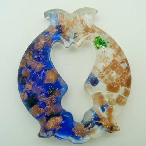 Pendentif 2 poissons bleu foncé et blanc touches dorées et multicolores 52mm en verre lampwork