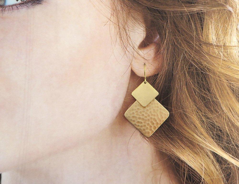 Boucles d'oreilles goutte carrées dépareillées couleur dorée en laiton brut lisse et martelé