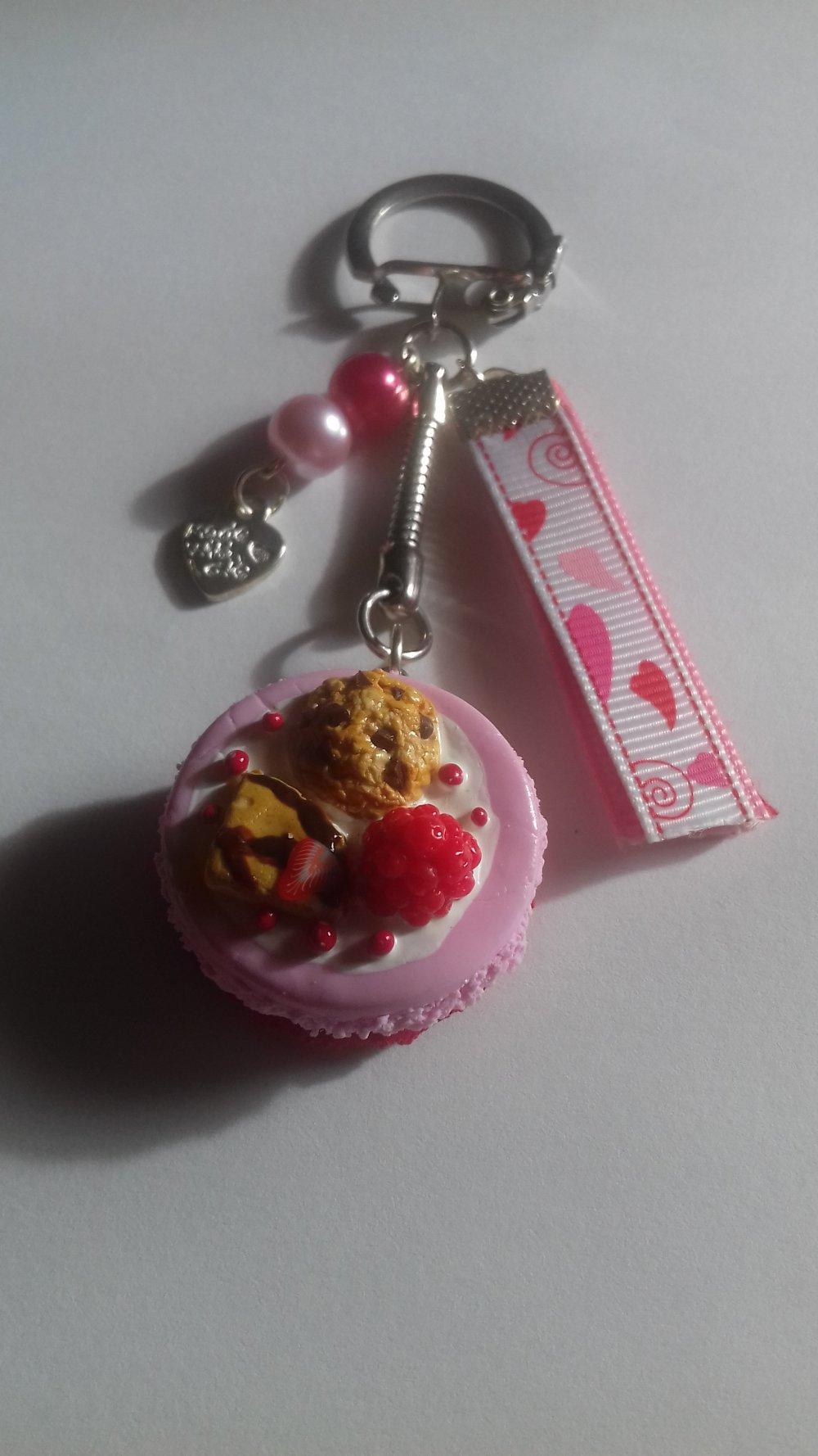 Porte clés macaron gourmand bicolore à la framboise en fimo