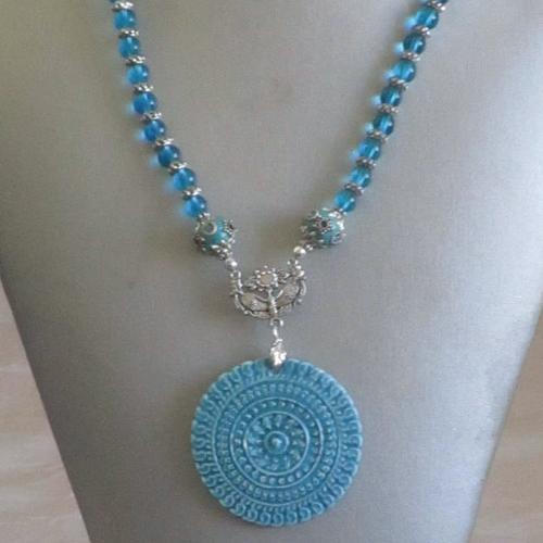 """Ravissant collier plastron en perles et céramique """"une rosace"""""""