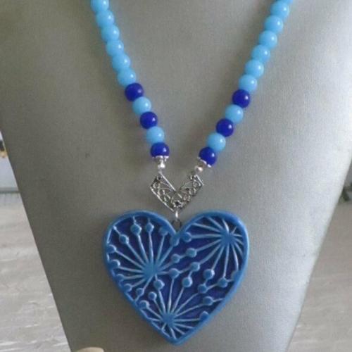 Collier de  perles pendentif coeur en céramique et perles de verre