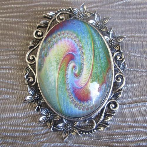 Grosse broche-pendentif  en métal argenté et verre