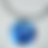 Collier bleu pendentif rond qui brille éclats lumineux créateur artisan verrier fait main