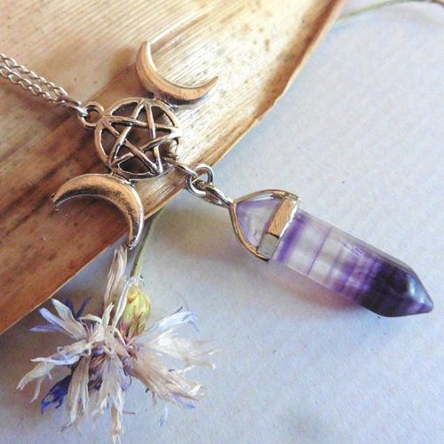 Collier acier triple déesse lune pointe fluorite violet, pentacle, cristal, wicca, magie, bijou païen, gothique, elfique