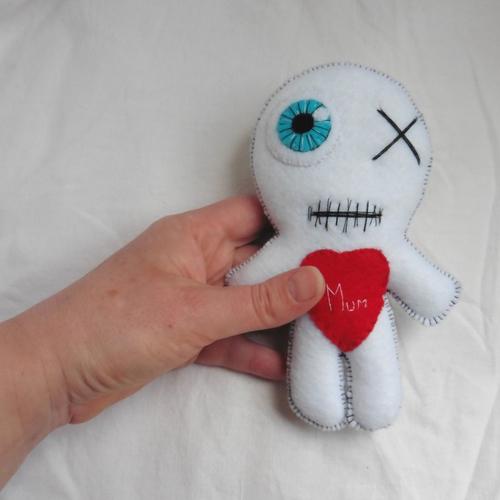 Poupée vaudou blanche love mum the mummy, maman, fête des mères, momie, amour, voodoo doll, halloween, zombie, personnalisé
