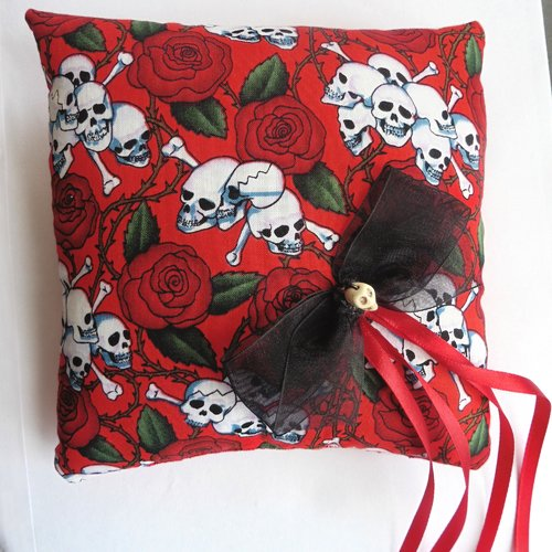 Coussin porte alliances skulls bones roses rouge noir mariage gothique, rockabilly, tattoo, muertos, tête de mort, crâne, alternatif