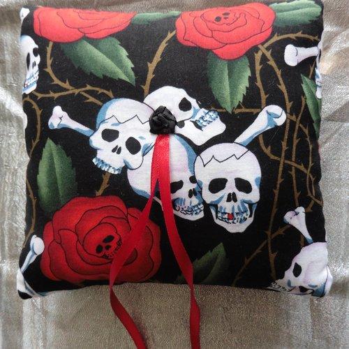 Coussin porte alliances skulls roses noir rouge, mariage gothique, rockabilly, muertos, tattoo, tête de mort, crâne
