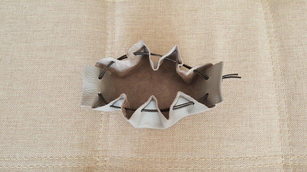 Bourse en cuir de couleur grise