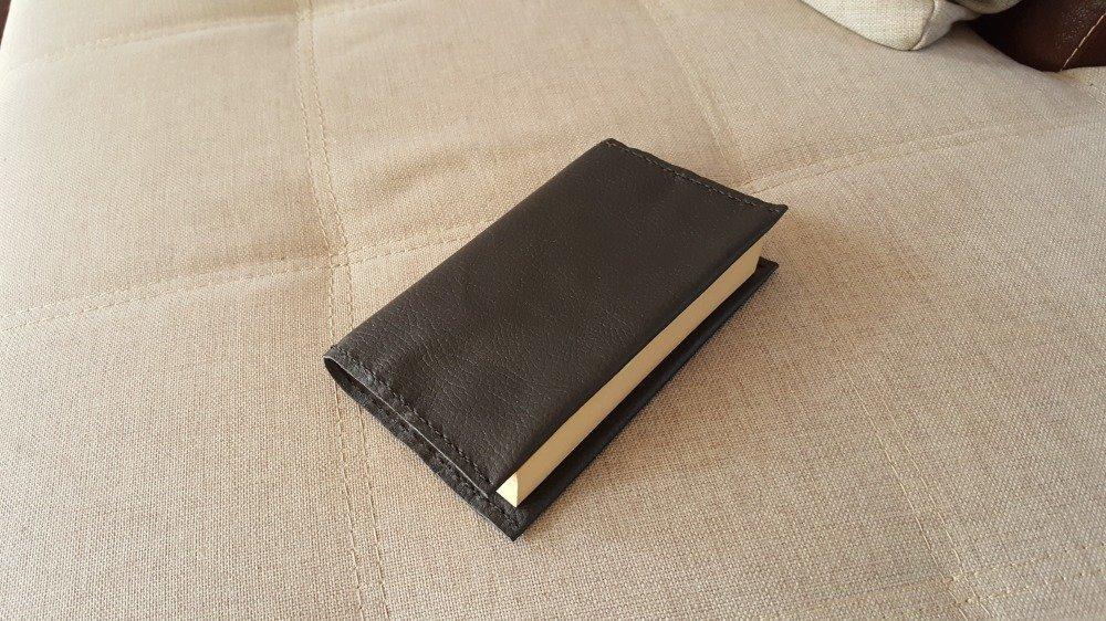 Protège livre en cuir de couleur noir