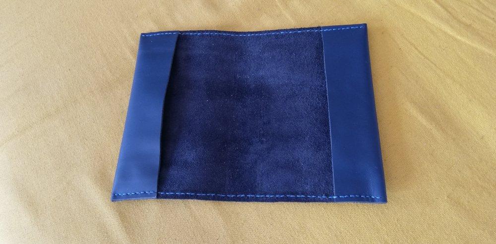 Protège livre en cuir de couleur bleu foncé