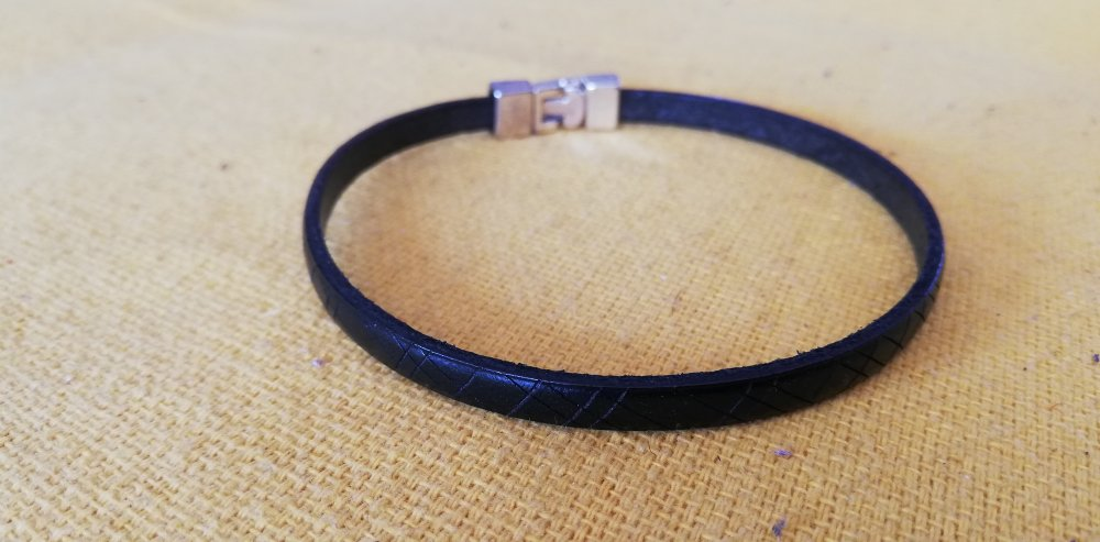 Bracelet en cuir noir gravé