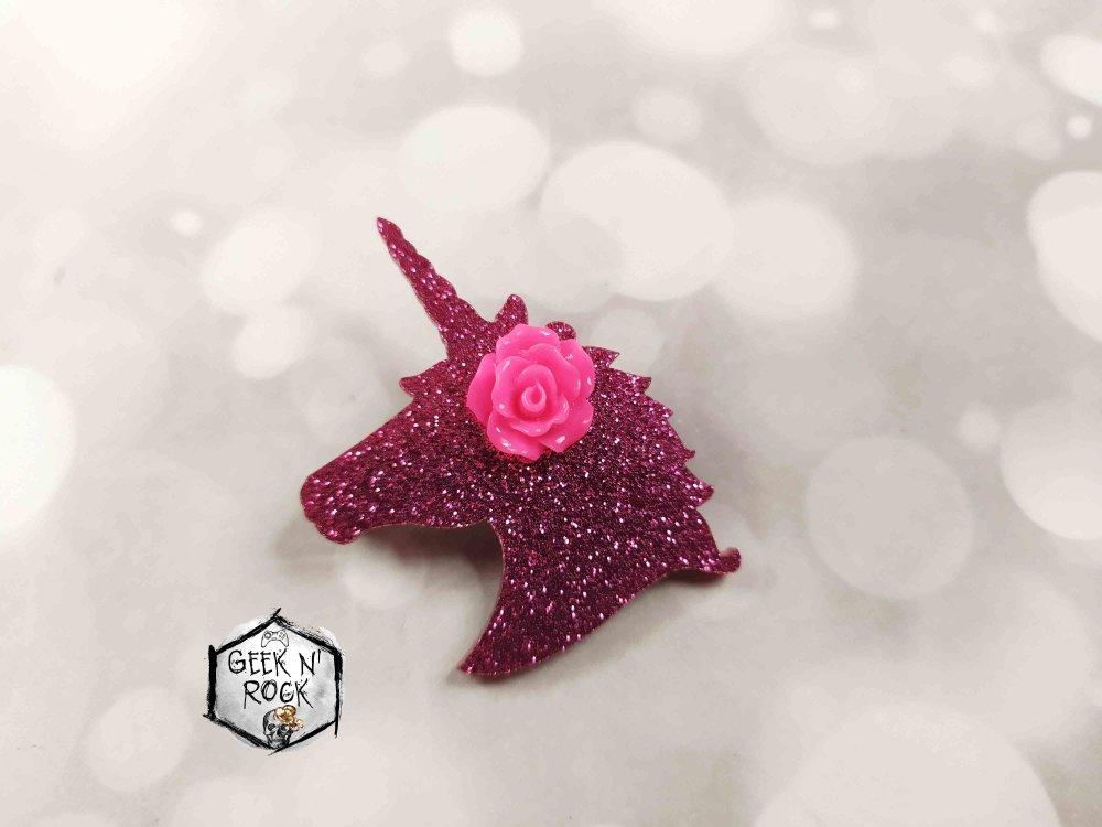 Broche tête de licorne avec une fleur sur sa crinière