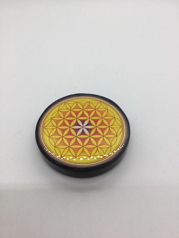 Plaque Fleur de vie en shungite de 6,5 cm jaune, purifie et recharge vos pierres, vos boissons...régénère et protège.