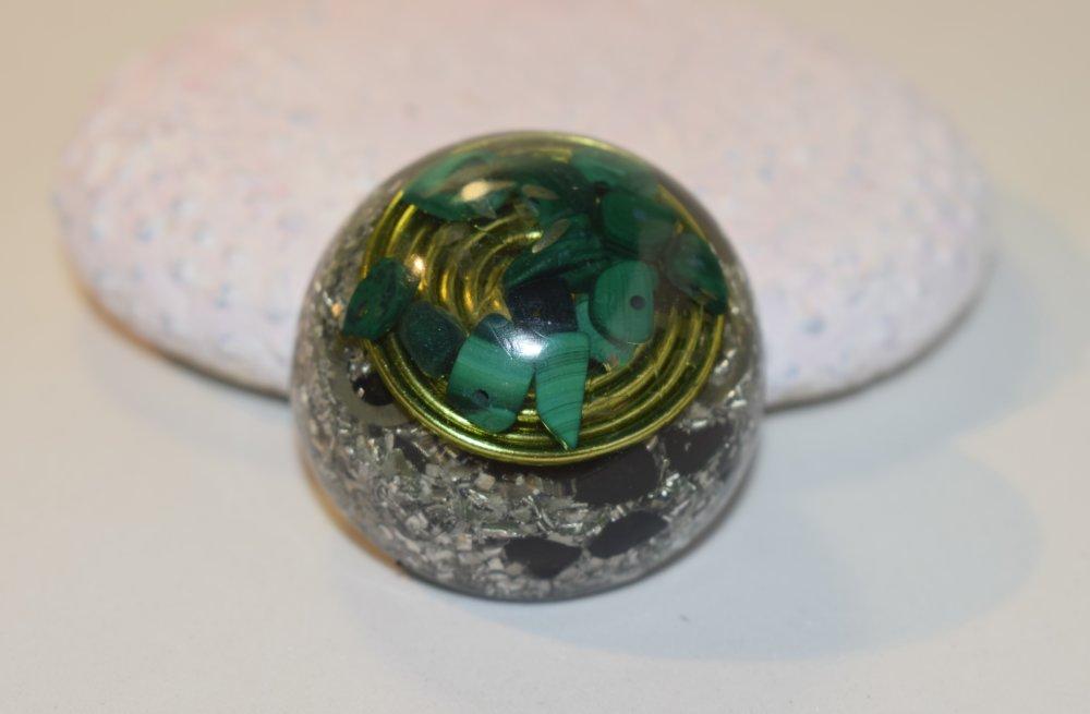 Orgonite avec pierre semi-précieuse en malachite, pierre qui soulage des douleurs. Pièce unique.