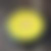 Plaque 6.50cm en shungite, graine de vie en recto, et fleur de vie au verso. symbole de renouveau. couleur jaune, chakra du plexus solaire.