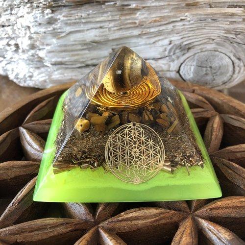 Pyramide orgonite en œil de tigre et bronze. a déposer dans son salon afin de protéger ses habitants des énergies négatives environnant