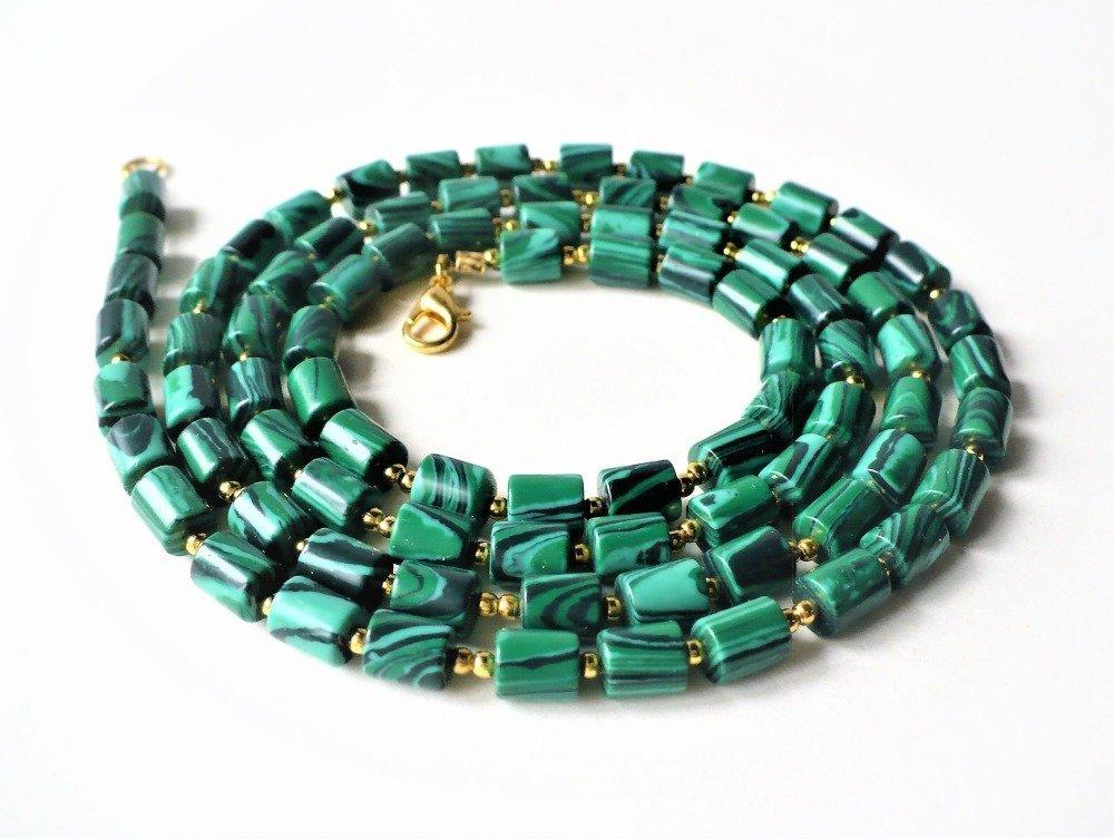 Grand collier (85 cm) opéra en malachite synthétique avec perles intercalaires dorées. Perles tubes 6*6 mm, homme ou femme.