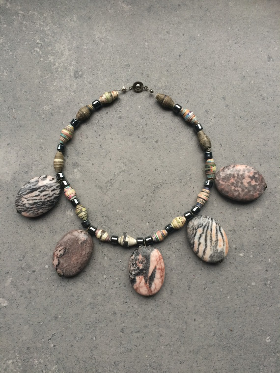 Collier en jaspe ovale, hématite et perles de papier recyclé