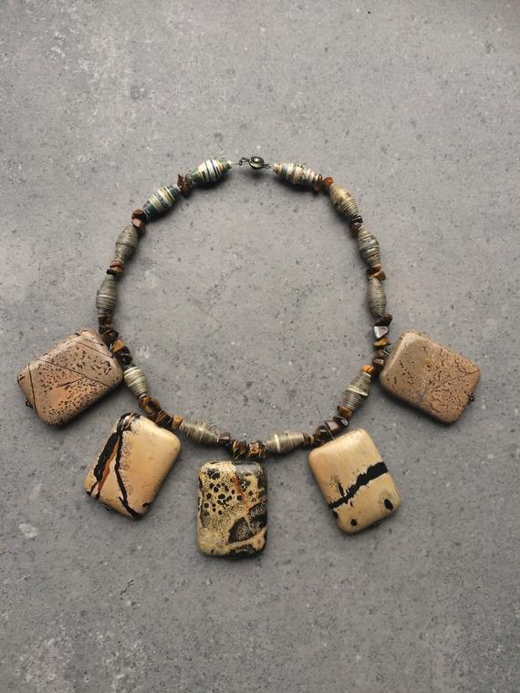 Collier en jaspe rectangulaire, oeil du tigre et perles de papier recyclé