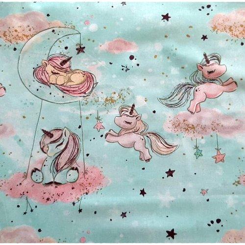 Tissu coton imprimé premium adorables licornes dans la lune sur un fond ciel et doré oeko-tex