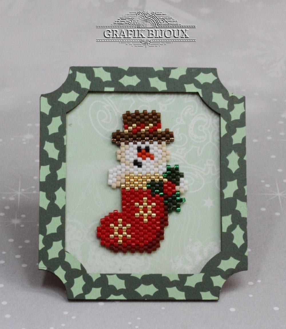 Magnet de Noël avec bonhomme de neige en miyuki et cadre en bois.