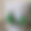 Boucle d'oreille fleur verte sur capsule verte