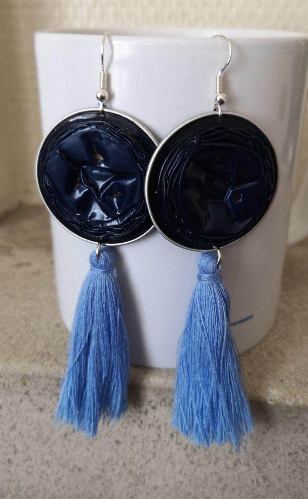 boucle d'oreille à POMPON pendent bleu sur capsule BLEU marine