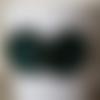 Boucle d'oreille cabochon goutte verte à paillettes sur capsule verte