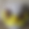 Boucle d'oreille demie-lune jaune à perles