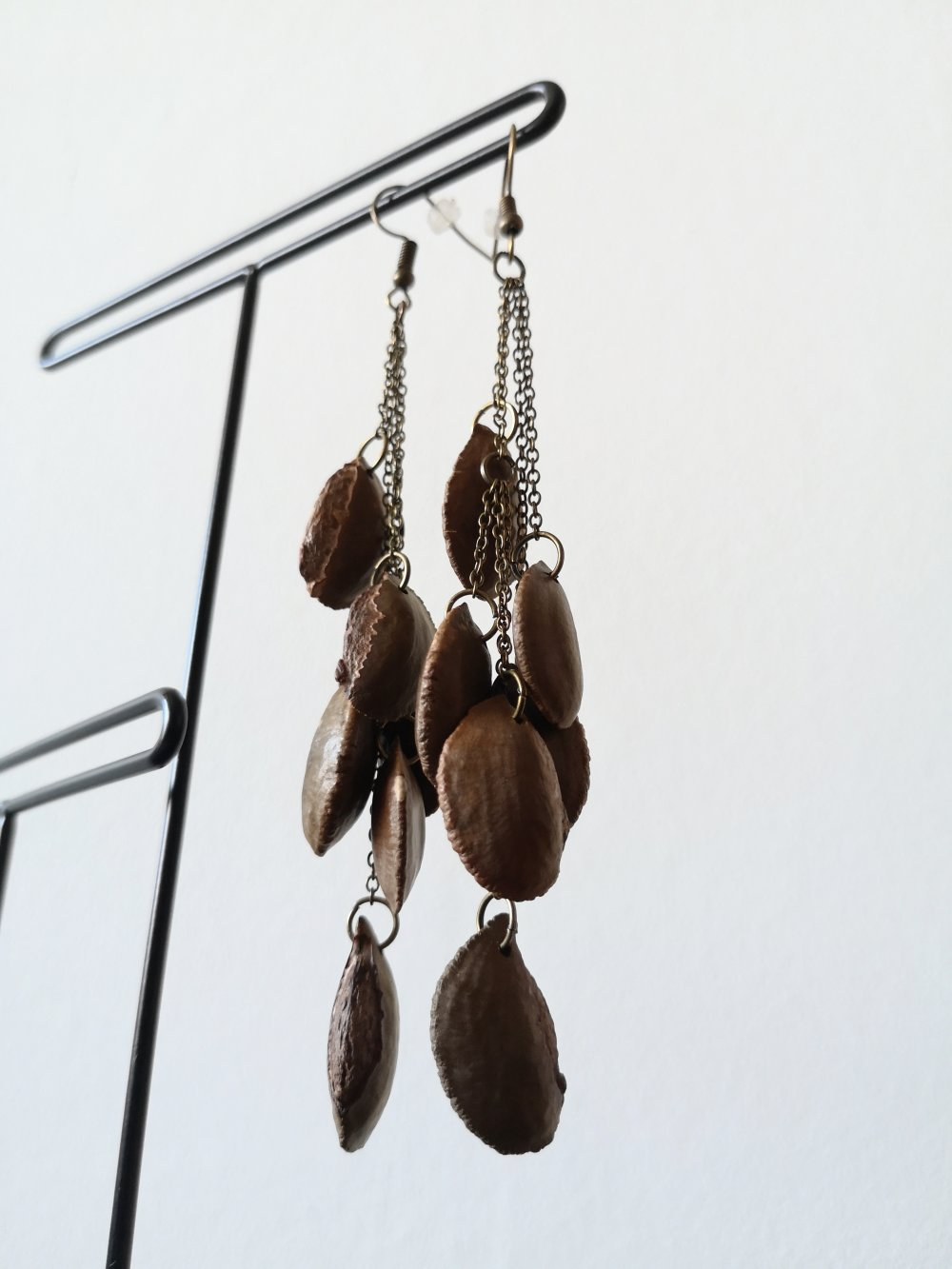 Longues boucles d'oreilles noyaux de pomme de lait/caïmite et chaînes bronze