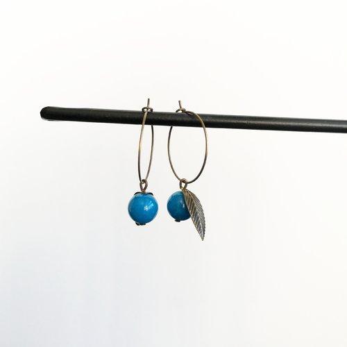 Créoles minimalistes fruit en perle jade turquoise avec feuille bronze