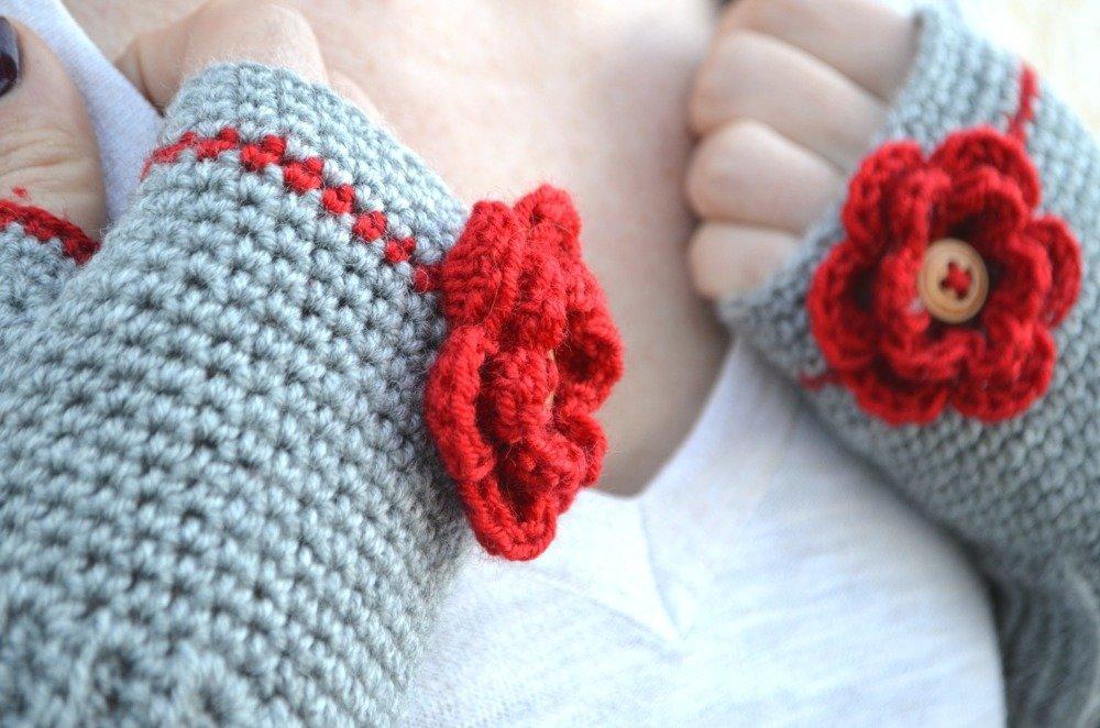 Mitaines grises en crochet avec fleur rouge, moufles tricoté en laine