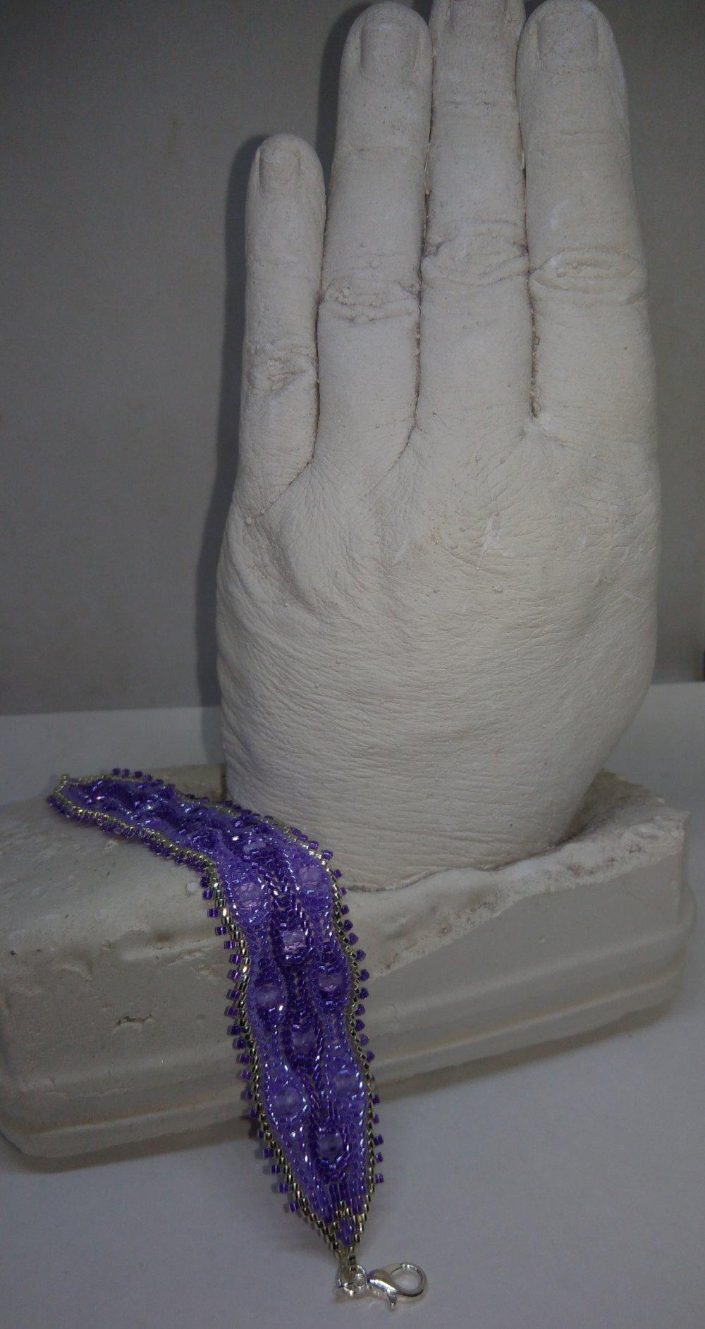 Bracelet tissé à l'aiguille violet et argent