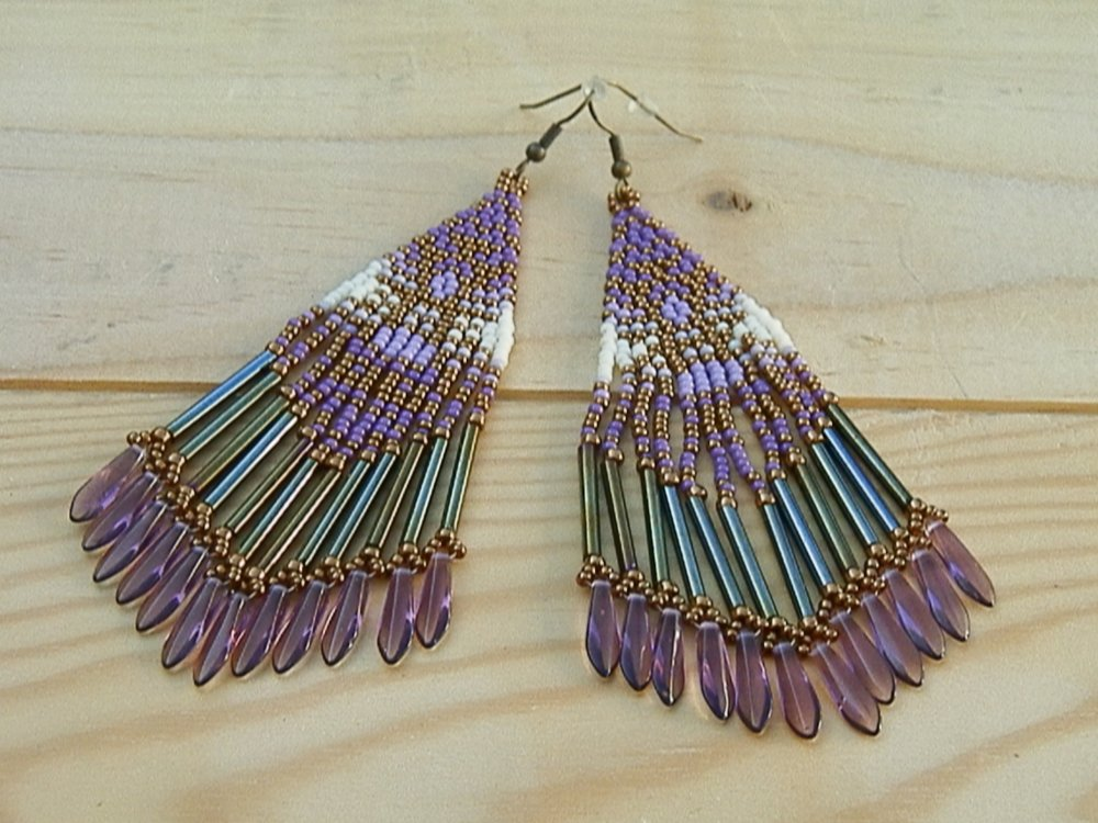 Boucles d'oreille Huschol tissées à l'aiguille violet, mauve, écru et bronze
