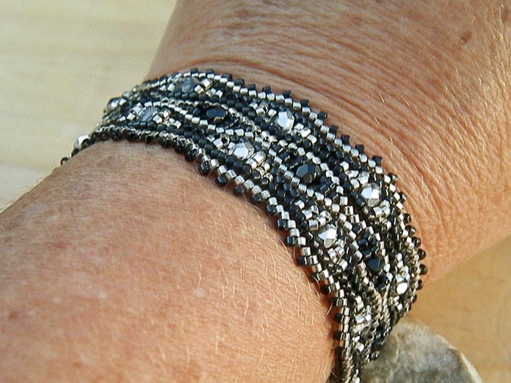 Bracelet tissé à l'aiguille noir et argent