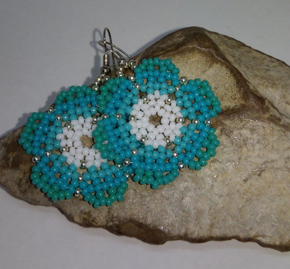 boucles d'oreille tissées à l'aiguille fleur turquoise, blanc et argent