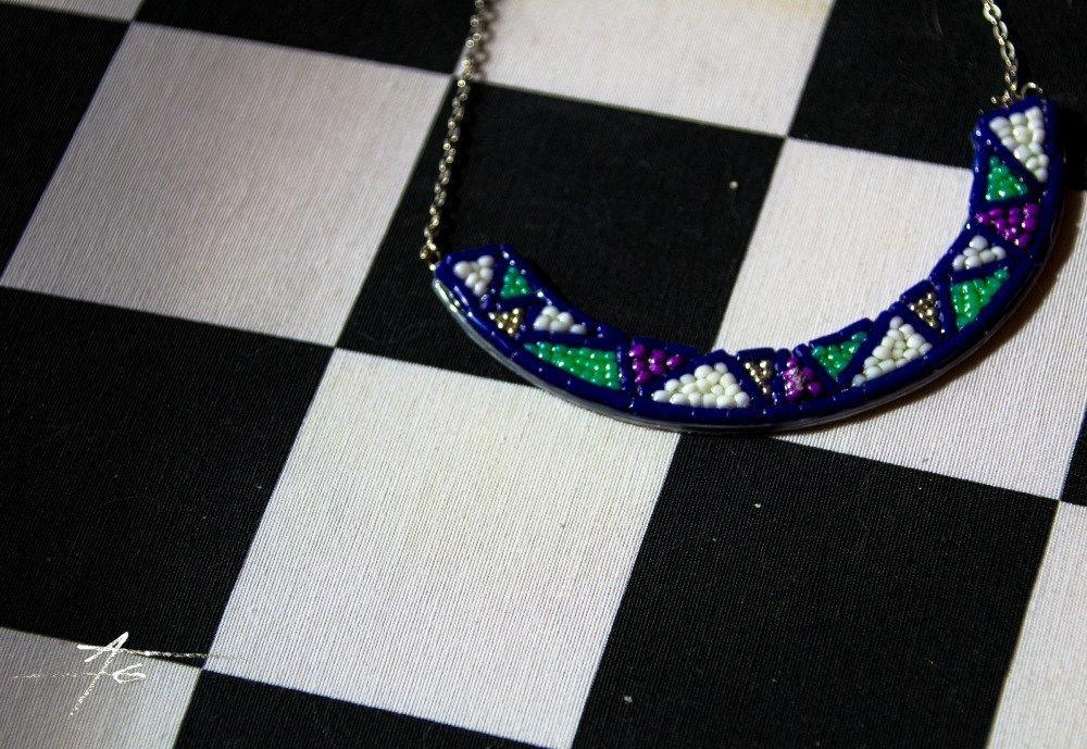 collier plastron en perles recyclage boîte à tabac bleu et banc