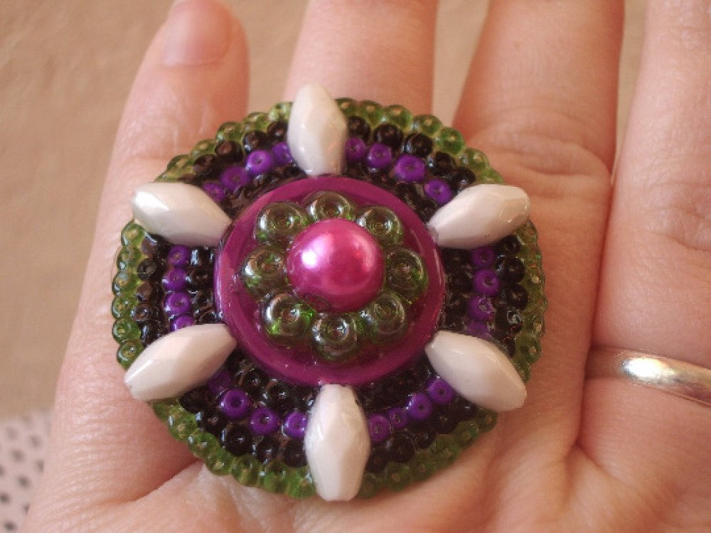 bague mandala en perles vertes et violettes