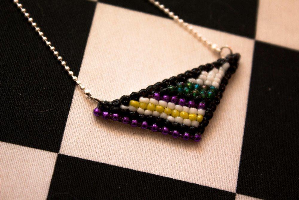 Collier court, pendentif triangle en perles noires, bijou unique Gwenda'ailes