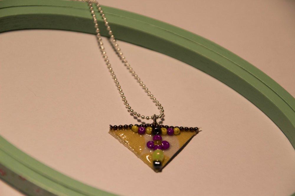 Collier court, pendentif triangle en perles et tissu jaune, bijou unique Gwenda'ailes