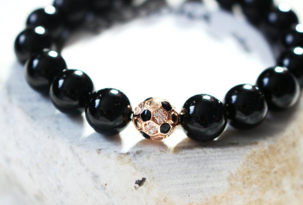 bracelet en pierre gemmes en agate noir et breoque ballon de football