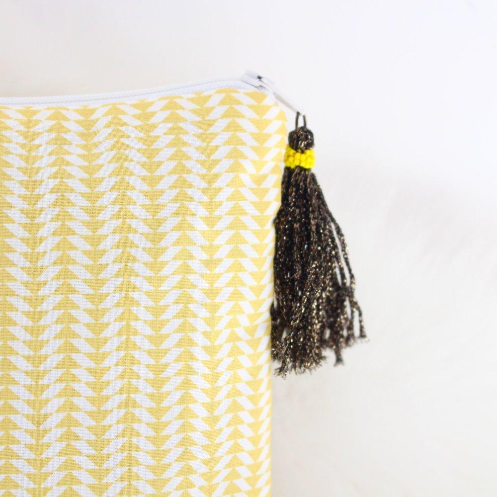 Pochette Haloona - tissu imprimé jaune et pompon