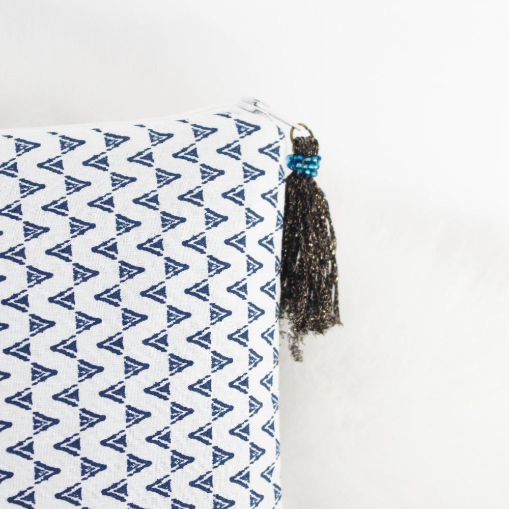 Pochette Haloona - tissu imprimé bleu et pompon