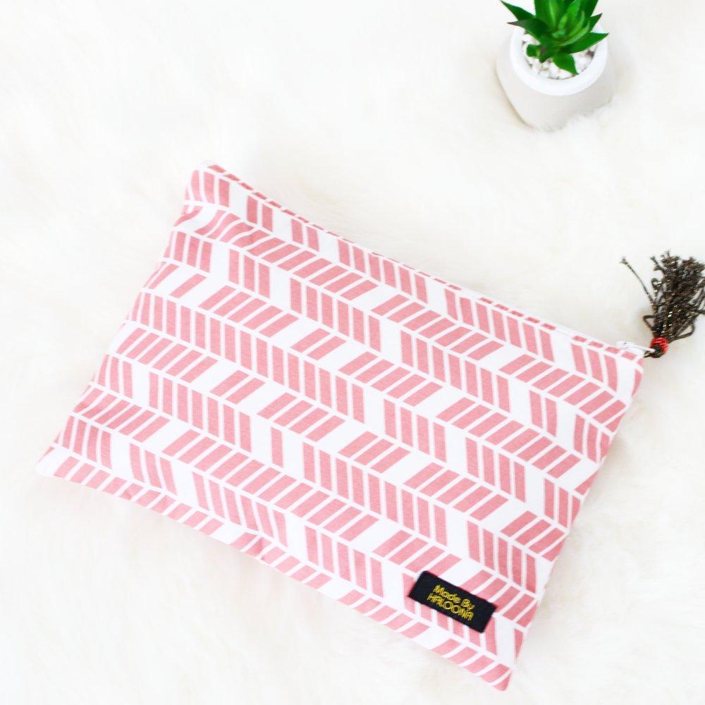 Pochette Haloona - tissu imprimé rose et pompon