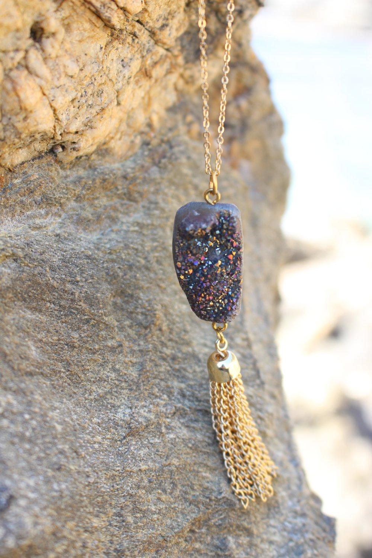 Collier pendentif pierre gemmes - pompon en métal doré